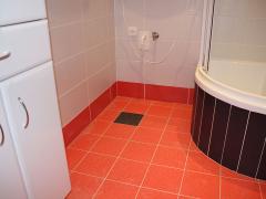 koupelna-oranzova-podlaha
