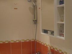 koupelna-oranzovo-bila