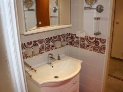 koupelna-cervene-ornamenty